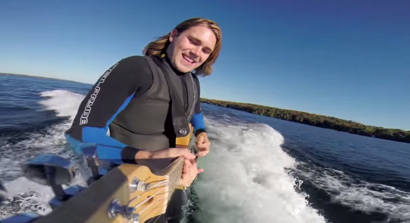 Wakesurf et guitare : Perfect combo de la part du canadien Chris Hau.