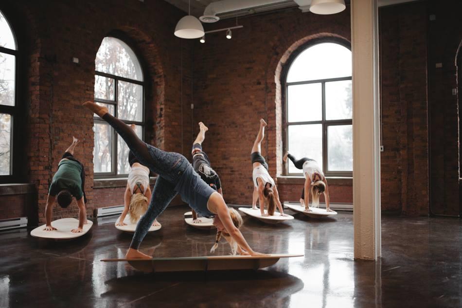 Le Yoga Sur Planche De Surf L Activite Parfaite Pour Attendre L Ete 33mag